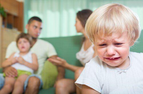 Padres-discutiendo-mientras-su-hijo-llora