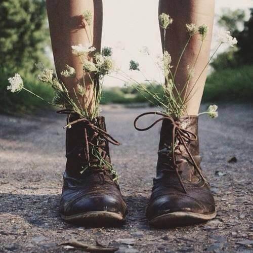 Piernas-con-botas-llenas-de-flores