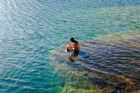 femme qui se baigne dans la mer