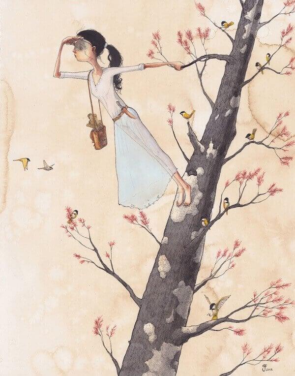 femme-sur-un-arbre-regardant-au-loin