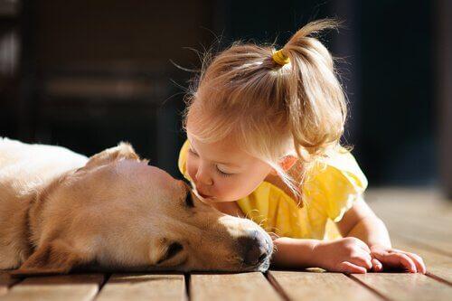 fille qui donne un bisou a son chien