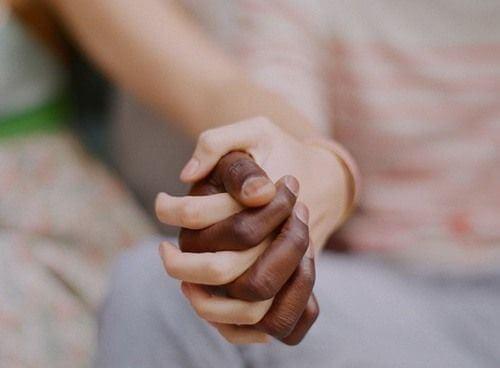 manos-abrazadas