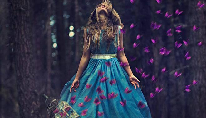 mujer-con-vestido-azul-rodeada-de-mariposas