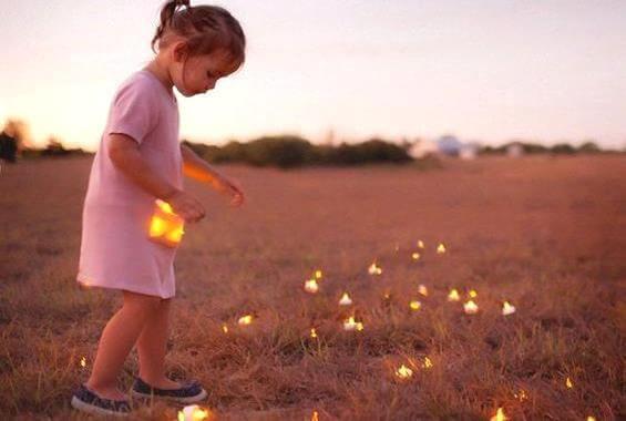 niña-cogiendo-luces-del-campo