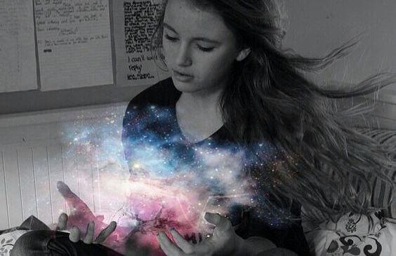 niña-con-luz-del-universo-en-las-manos