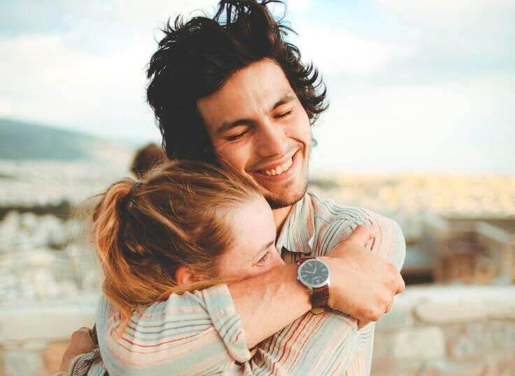 pareja-abrazada-entre-risas