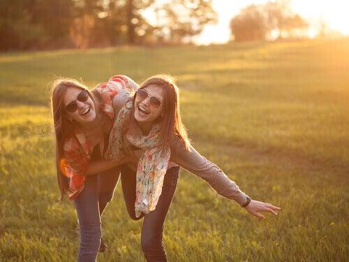 Amigas-sonriendo-en-el-campo