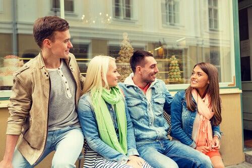 Amigos-hablando-sentados