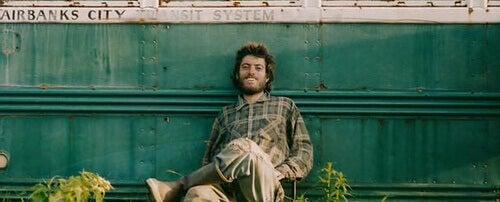 Christopher-McCandless-sentado-apoyado-en-su-caravana-2