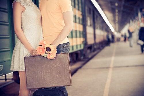Couple-se-disant-au-revoir-dans-une-gare