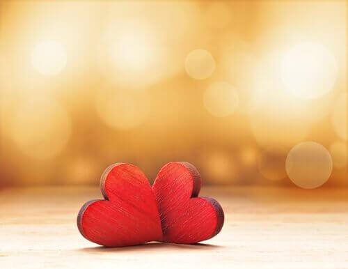 Deux-coeurs-rouges-sur-une-table-en-bois