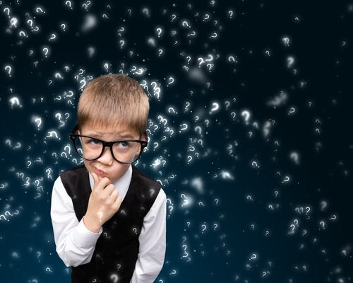Enfant-lunettes-pensant