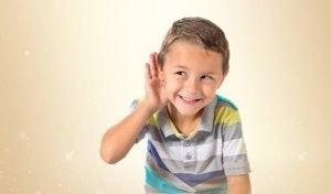 Enfant-main-sur-l'oreille-ecoutant