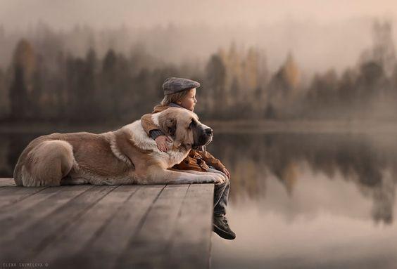 Enfant-profitant-de-son-enfance-avec-un-chien
