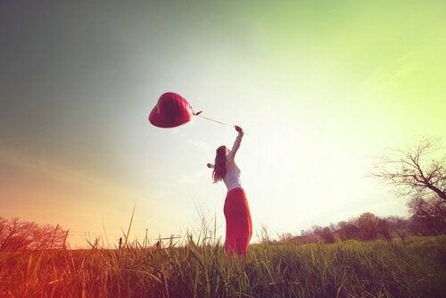 Femme-avec-un-globe-profitant-de-l-air-libre