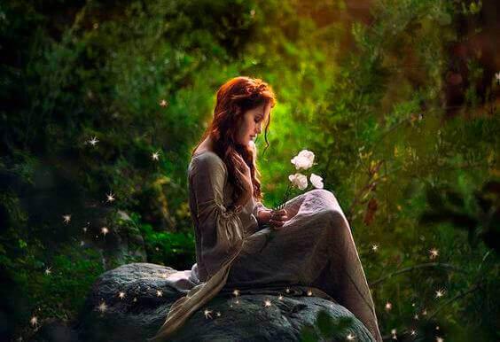 Femme-dans-les-bois-avec-une-fleur