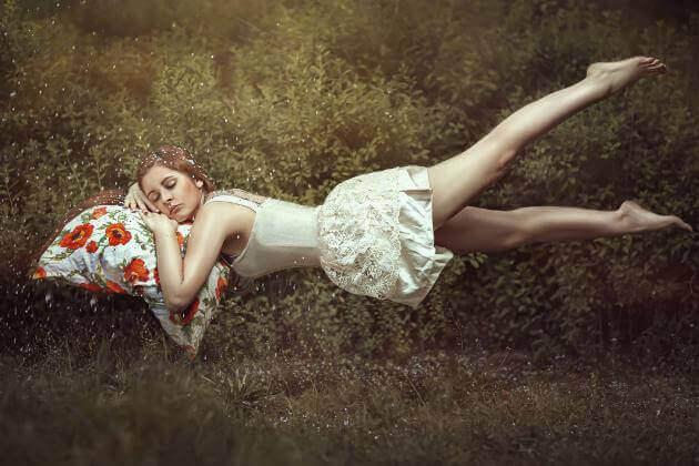 Femme-dormant-sur-coussin-a-fleurs