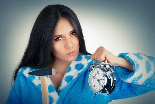 Femme-en-colere-avec-marteau-et-montre