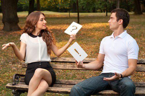 Femme-et-homme-assis-dispute