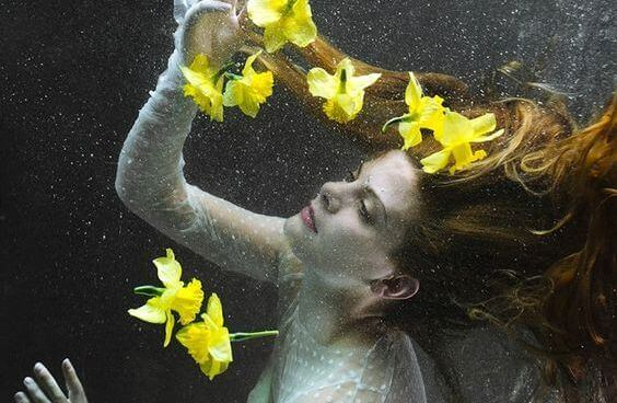Femme-et-lys-jaunes