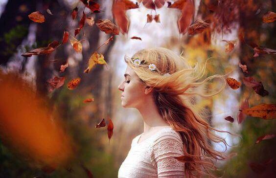 Femme-feuilles-autour