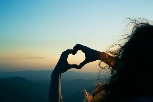 Femme-formant-un-coeur-avec-ses-mains
