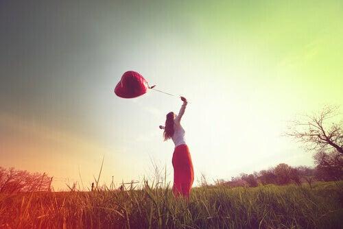 Femme-globe-coeur-profitant-de-l-air-libre