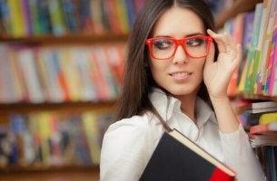 Femme-intelligente-lunettes-et-livres