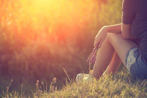 Femme-pensant-en-plein-air