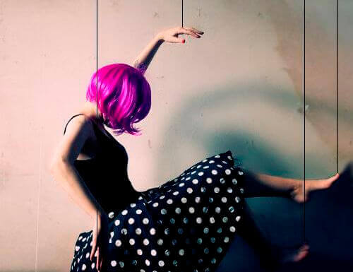 Femme-perruque-rose