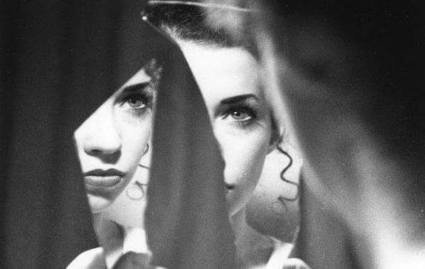 Femme-regardant-dans-un-miroir-brisé