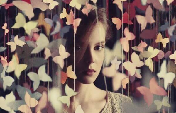 Femme-rideau-de-papillons