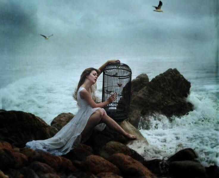 Femme-souffrant-assise-au-bord-de-la-mer