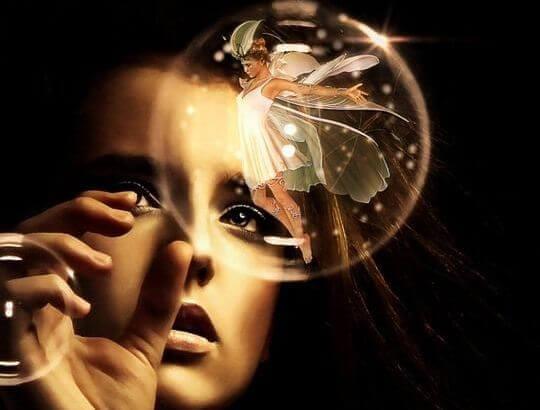 Femme-sur-le-point-de-toucher-une-sphere