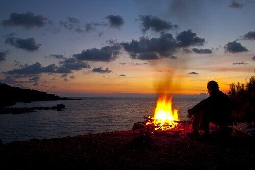 Hombre-al-anochcer-con-fuego-en-la-playa