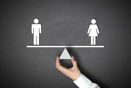 Hombre-y-mujer-en-una-balanza-en-equilibrio