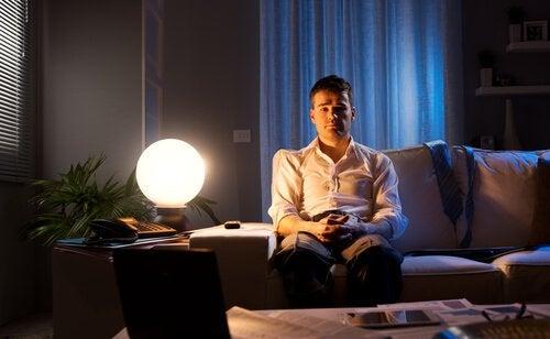 Homme-assis-sur-le-canape-avec-une-lampe