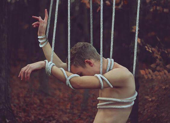 Homme-attache-par-des-cordes