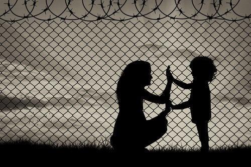 Madre-e-hija-juntando-las-manos-en-un-campo-de-refugiados