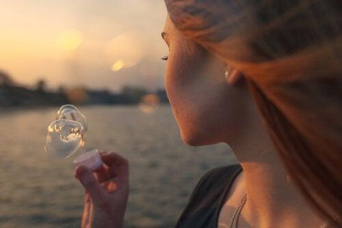 Mujer-haciendo-burbujas-sintiendo-nostalgia
