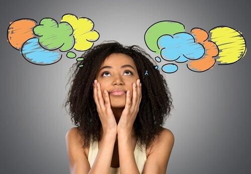 Mujer-pensando-en-sus-preocupaciones