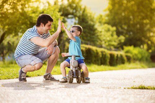 Niño-chocando-la-mano-con-su-padre