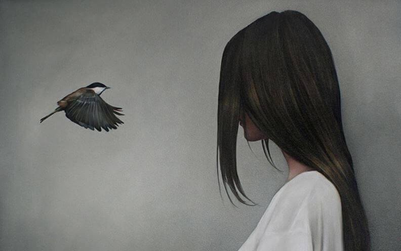 Oiseau-et-femme-face-a-face