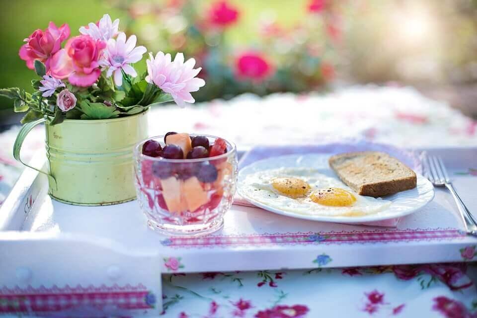 Petit-dejeuner-sain-fleurs-sur-la-table