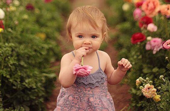 Petite-fille-et-fleurs
