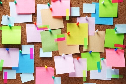 Post-it-de-couleur-colles-a-un-mur