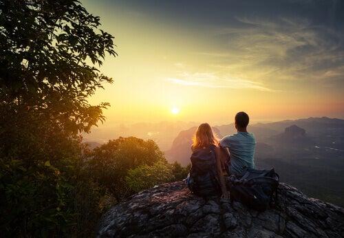 couple-regardant-le-coucher-de-soleil
