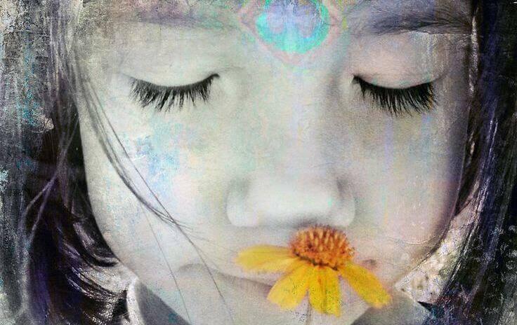 fille-avec-une-fleur-jaune-donnant-le-meilleur-d-elle-meme