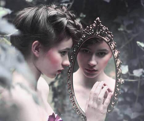 fille-regardant-dans-un-miroir