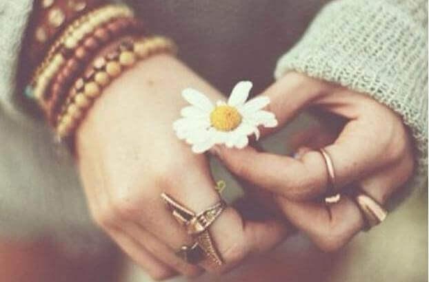 main-avec-une-fleur-1